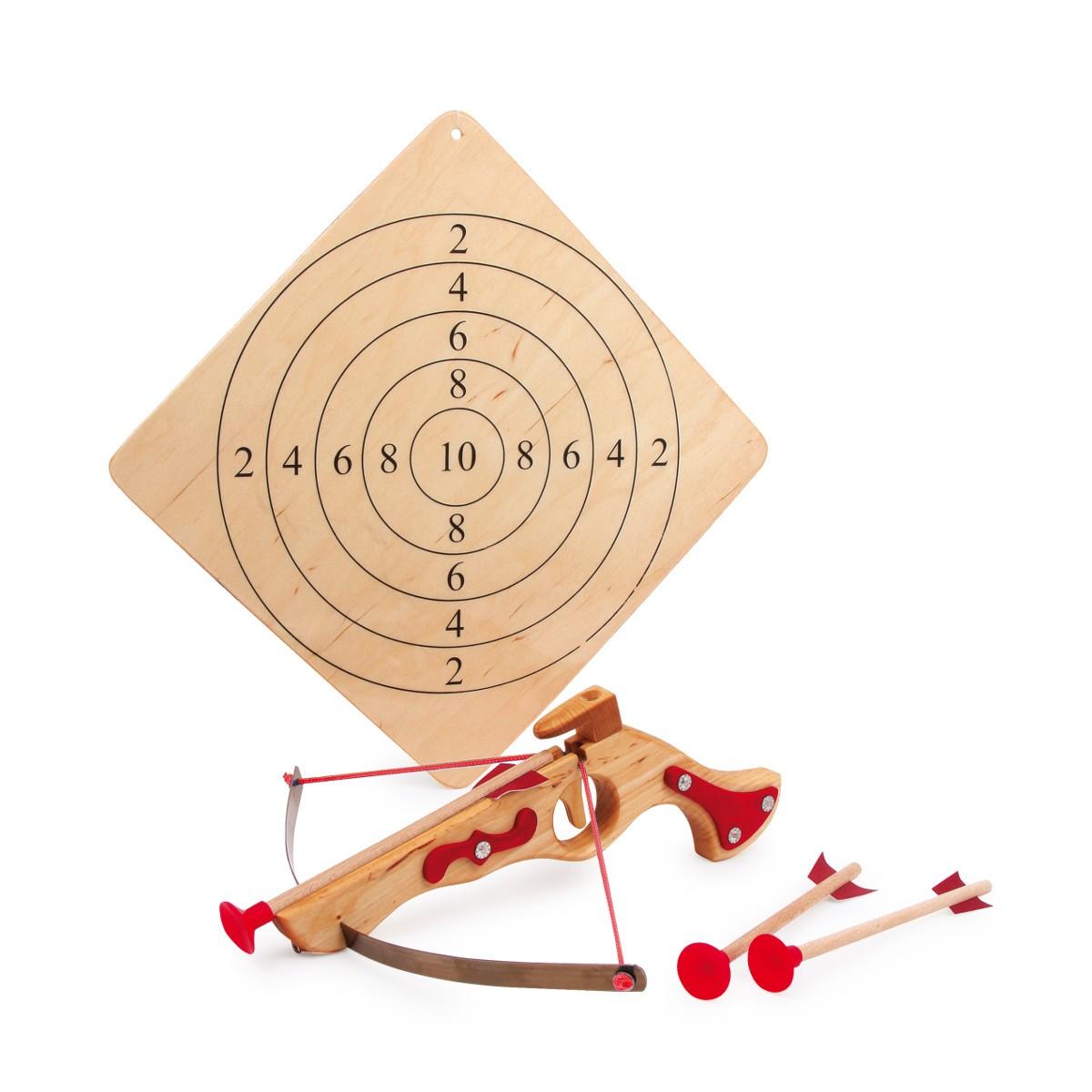 Holzarmbrust mit Pfeilen und Zielscheibe